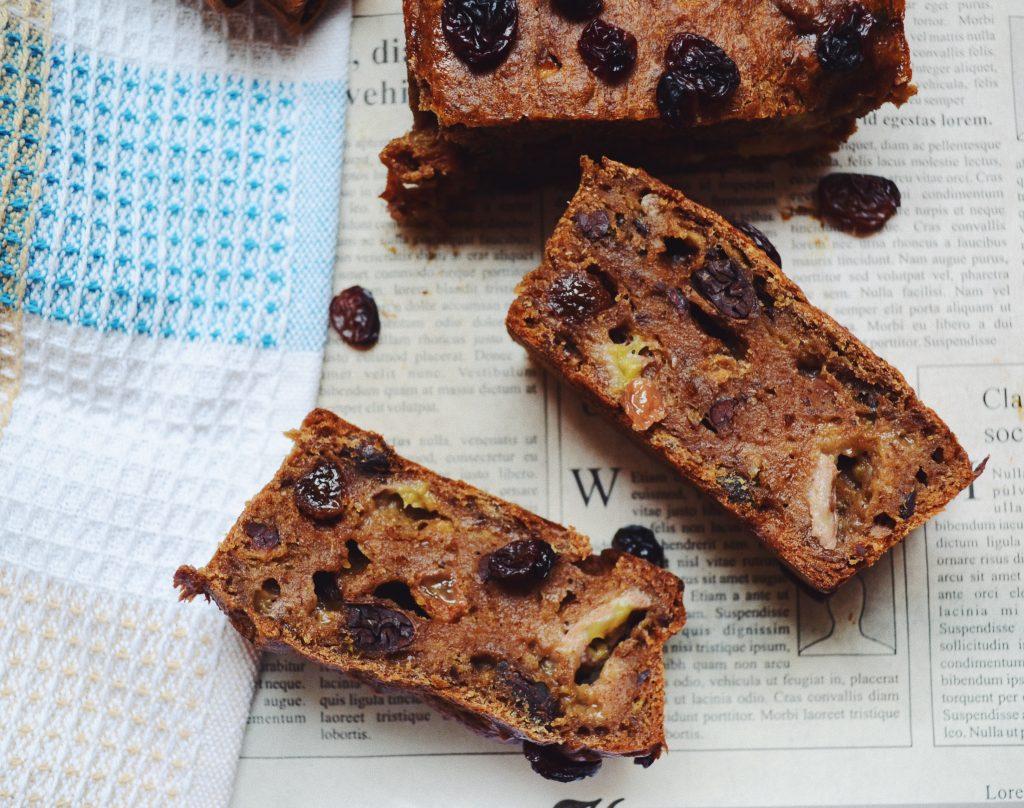 веган бананов хляб със стафиди на фона на синя кърпа и хартия за печене