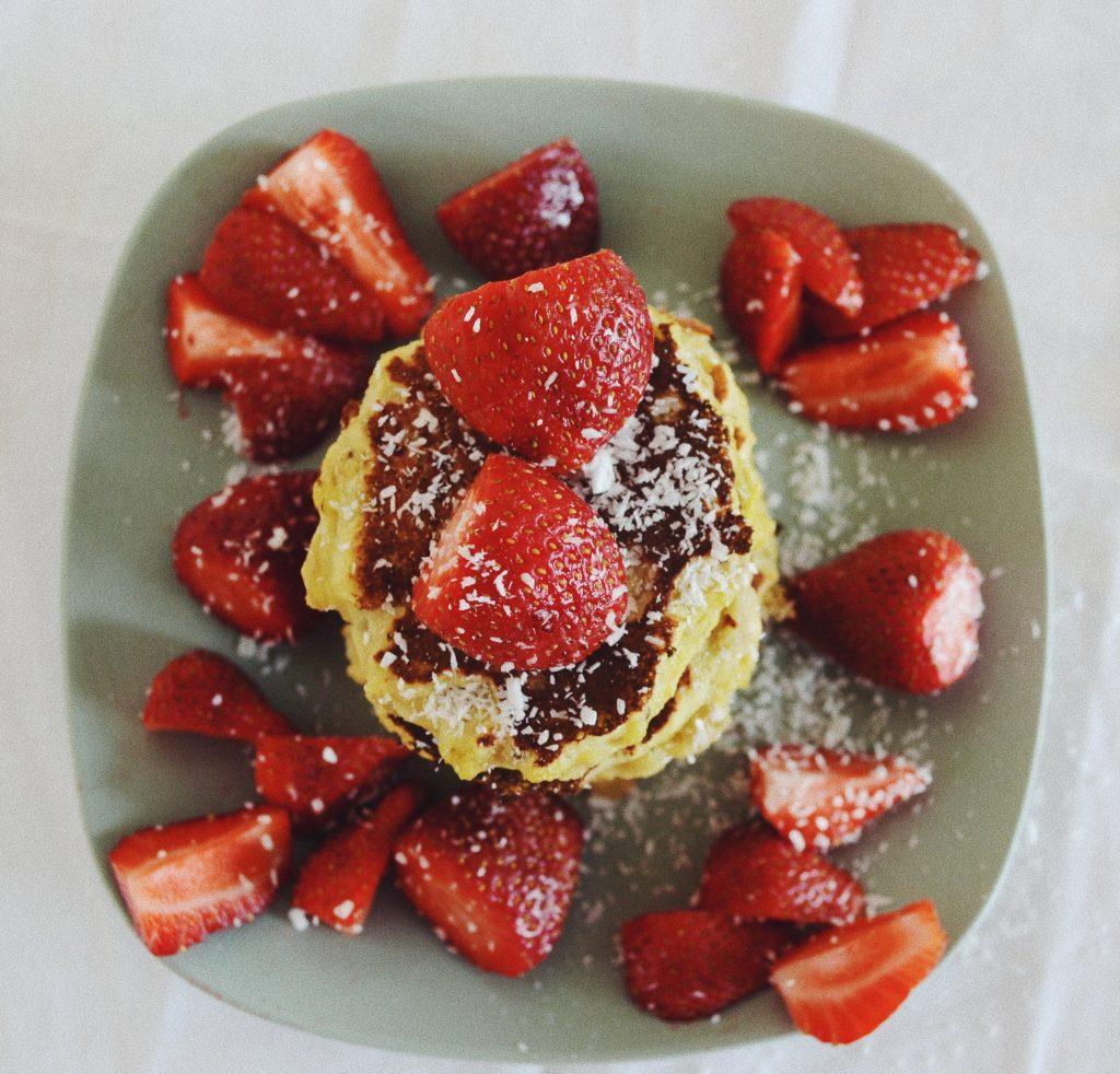 чиния с палачинки и парченца ягодини, снимани отвисоко