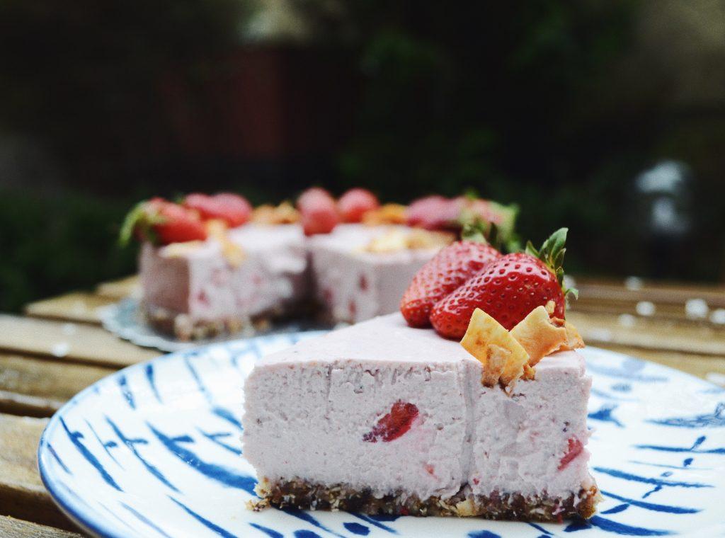 парче ягодов чийзкейк върху синя чиния
